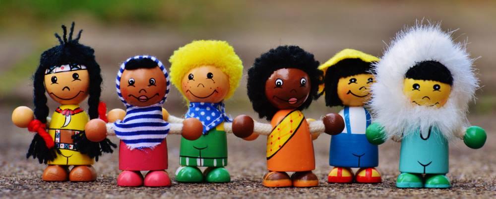 Muñecos de diferentes nacionalidades pixabay
