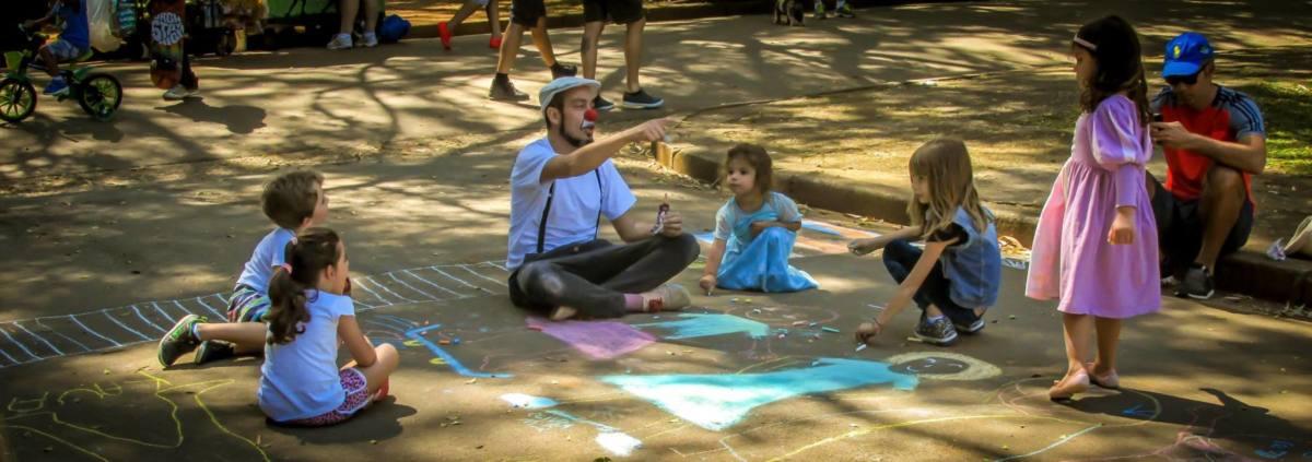 Niños en el parque haciendo actividades