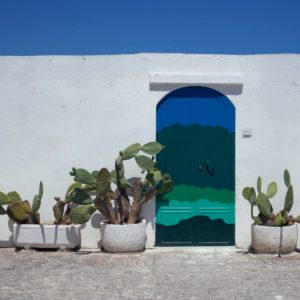 Puerta azul a la imaginacion unsplash