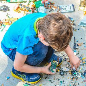 Niño jugando y armando piezas unsplash