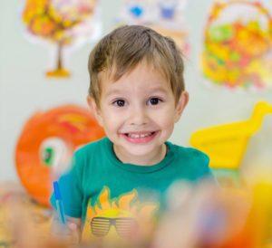 Primer plano de chico creativo con fondo de colores es amarillo