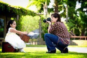 Madre que toma fotografias a su hija
