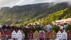 Agrupacion de casas al lado de montaña en Noruega ExploraAvila