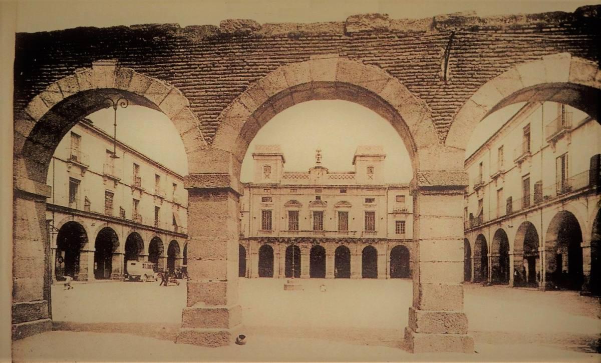 Postal de Ávila del mercado chico L. Roisin 1925