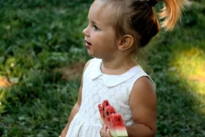 ExploraAvila niña comiendo sandia pixabay