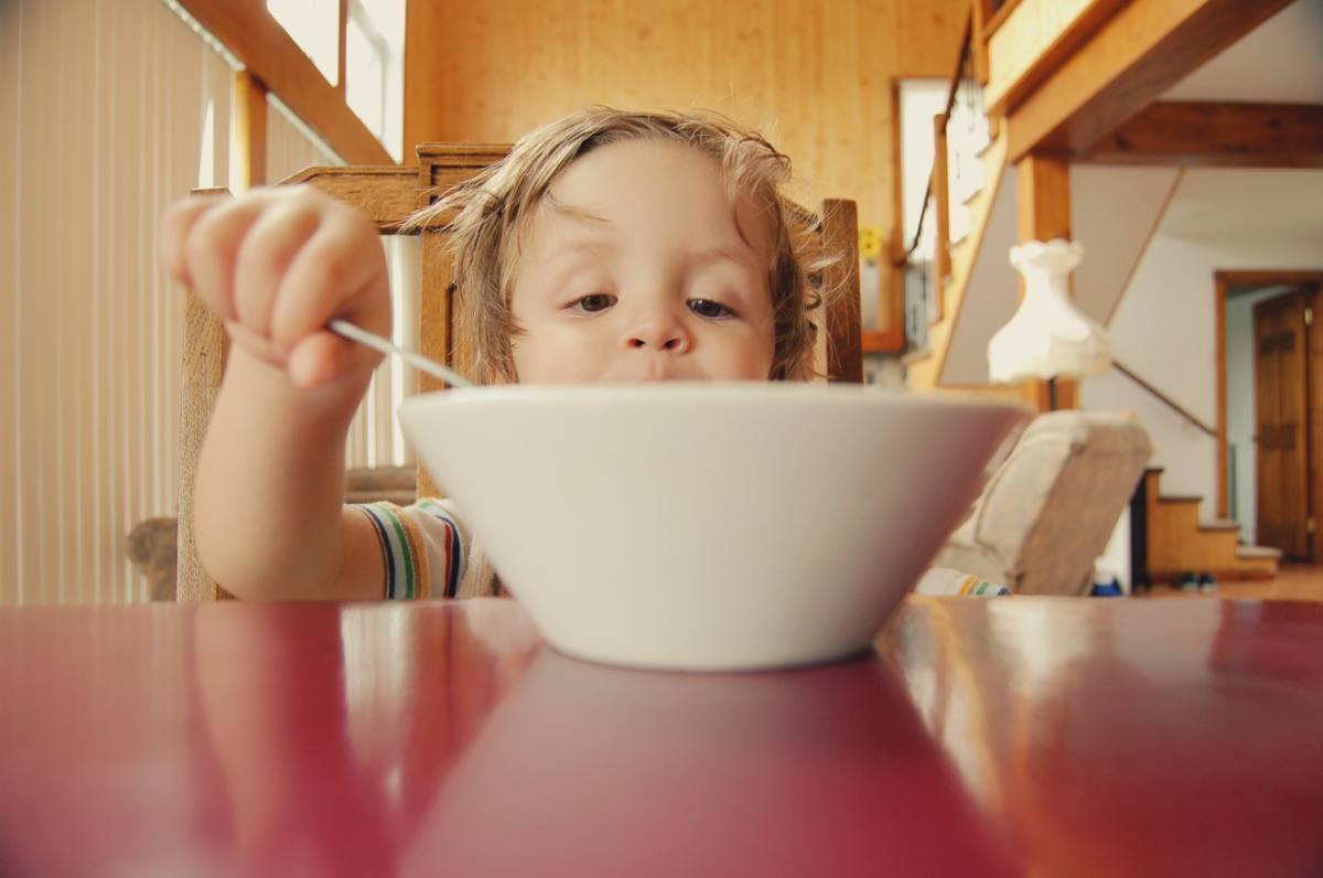 ExploraAvila niño comiendo unsplash
